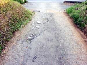 舗装の剥がれた道